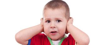 little-boy_holds-ears